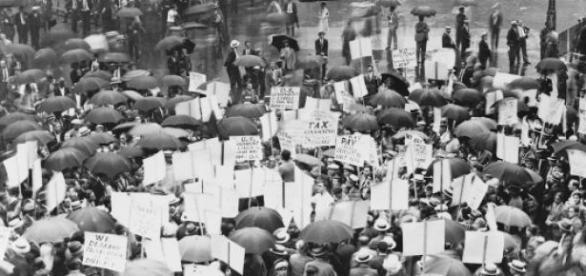 Protesty przed bankiem w czasie Wielkiego Kryzysu