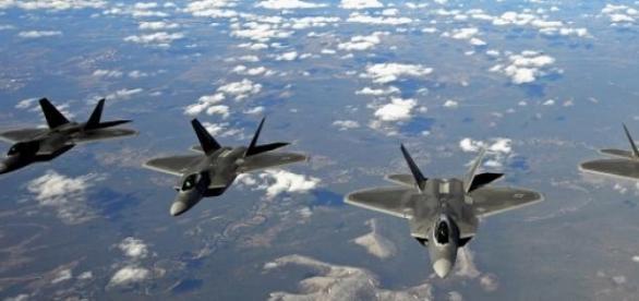 Пролёт звена истребителей F-22 над Аляской
