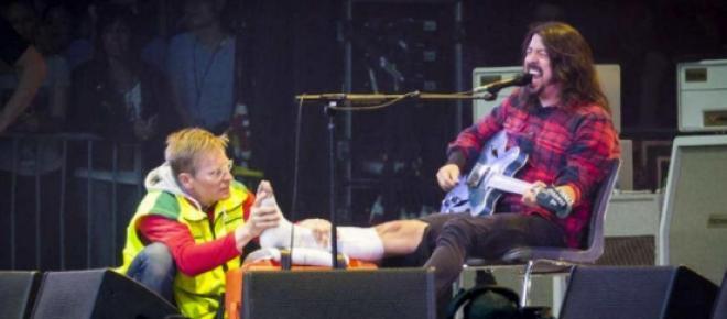 Dave Grohl siendo atendido por uno de los médicos