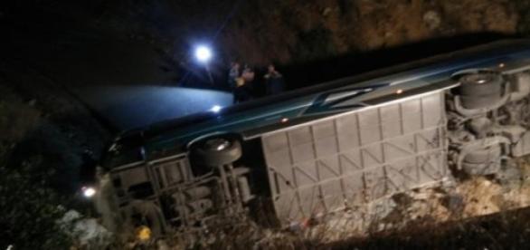 Autocarro ficou capotado depois de cair em ravina.