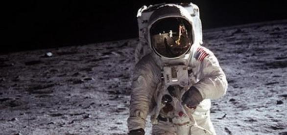 Astronaut american pe Luna