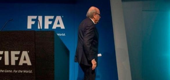 Blatter abandona la presidencia del fútbol mundial