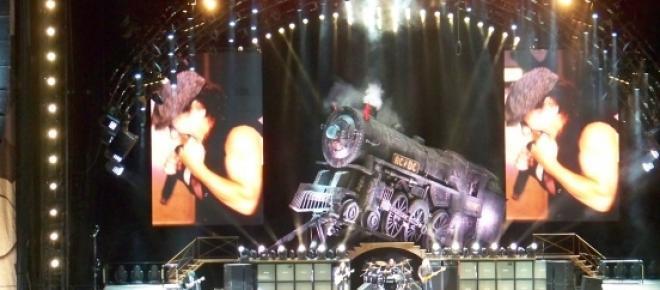 Fotografia sceny na koncercie AC/DC w Madrycie. W tym roku zespół zagra w Polsce na Stadionie Narodowym Warszawie, będzie to jedno z ważniejszych wydarzeń muzycznych tego lata.