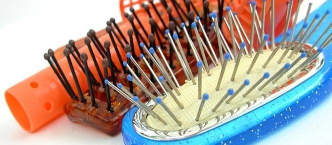 Escolher a escova mais apropriada para seus tratamentos dos cabelos pode evitar uma série de problemas, principalmente com relação a machucaduras que podem não ser percebidas e se transformar em doenças.