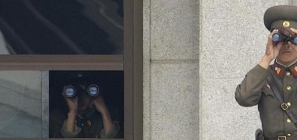 Północnokoreańscy żołnierze obserwują granicę.