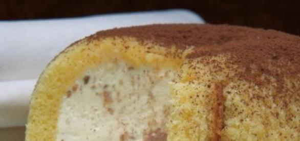 Un dessert di pan di spagna e crema