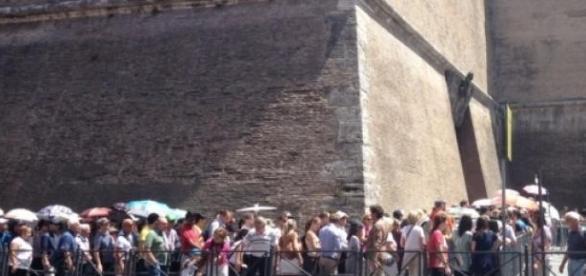 Turisti la intrarea în Muzeele Vaticanului