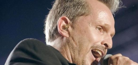 Miguel Bosé durante uno de sus conciertos