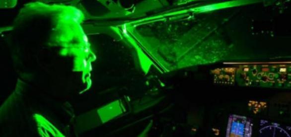 Tani wskaźnik laserowy może spowodować katastrofy