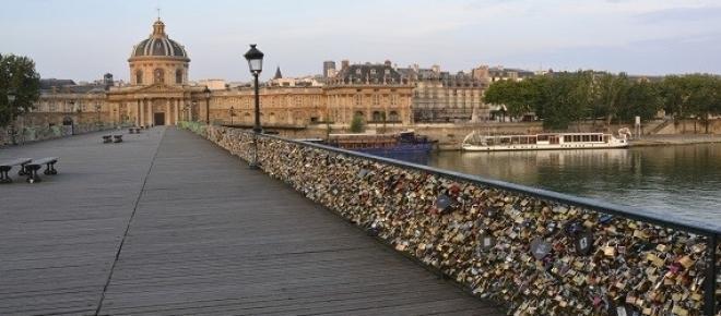 Pont des Arts com os cadeados sobre o Rio Sena