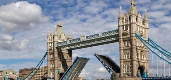 Die Tower Bridge führt über die Themse in London.