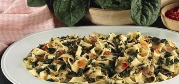 Fettuccine con spinaci e prosciutto