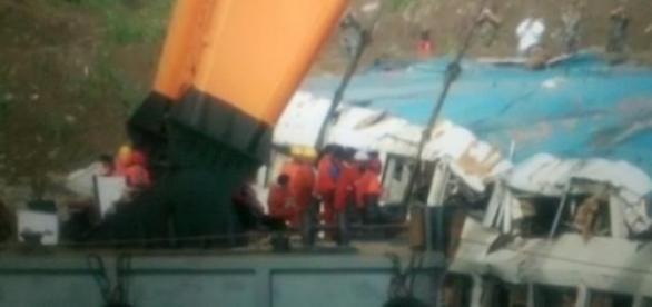 Спасатели достают затонувший теплоход