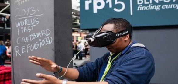 Ein Mann der eine VR-Brille ausprobiert