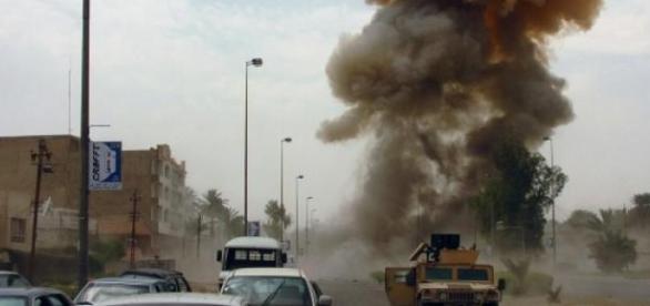 O explozie a unei maşini capcană surprinsă în Irak