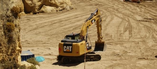 As obras decorrem, enquanto as pessoas vão a banhos! A Praia da Dona Ana, mudou e já não será a mesma!