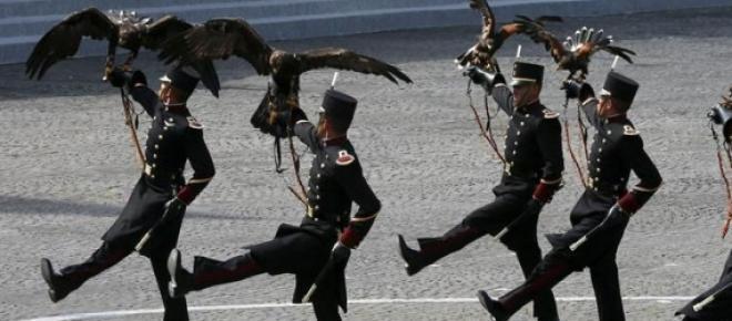 La delegación mexicana, integrada por cadetes del Colegio Militar, encabeza la columna del desfile conmemorativo por el aniversario del inicio de la Revolución Francesa. Como invitado de honor asiste el presidente de México.