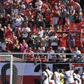 Bancada do Centro de Estágio do Benfica lotada.