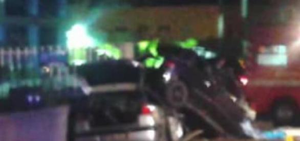 Clio voou para cima de Seat após colisão com TIR.
