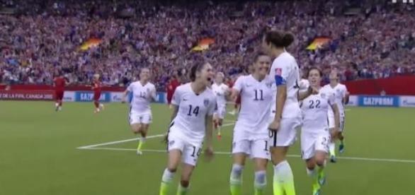 As jogadoras americanas celebram o golo de Lloyd