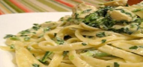 Fettuccine agli spinaci con salsa ai funghi.