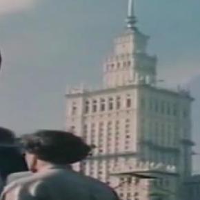 """Kadr z filmu """"Niedzielny poranek w Warszawie 1955"""""""