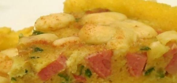 La torta di polenta con pancetta e funghi