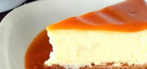 La cheesecake al caramello e mandorle