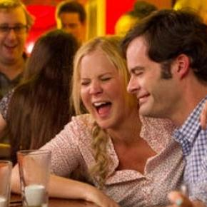 Dating Queen Amy schleppt Aaron (Bill Hader) ab.