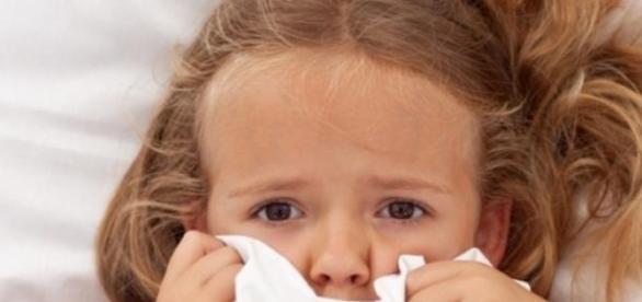 Przestraszone dziecko zasłaniające się kołdrą
