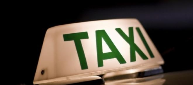 Imagem de luminoso sobre taxiI