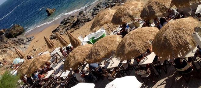 Sem estrada marginal nem confusão à vista, o Daikiri Lounge Bar protege-se entre as dunas com vista livre para o mar da Praia da Madalena Sul em Vila Nova deGaia. Foto de Helena Osório.