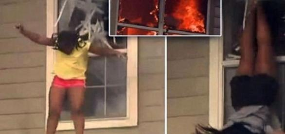 Două fete se aruncă pe geam