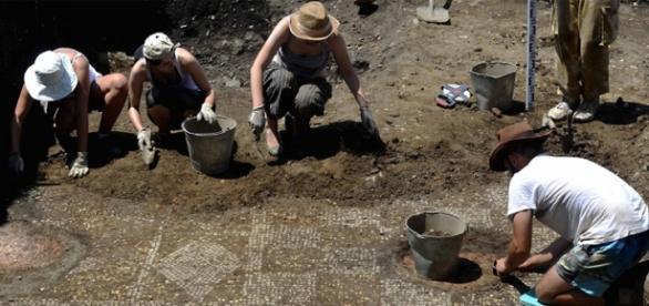 Un mosaico de un baño militar romano sacado a la luz en ...