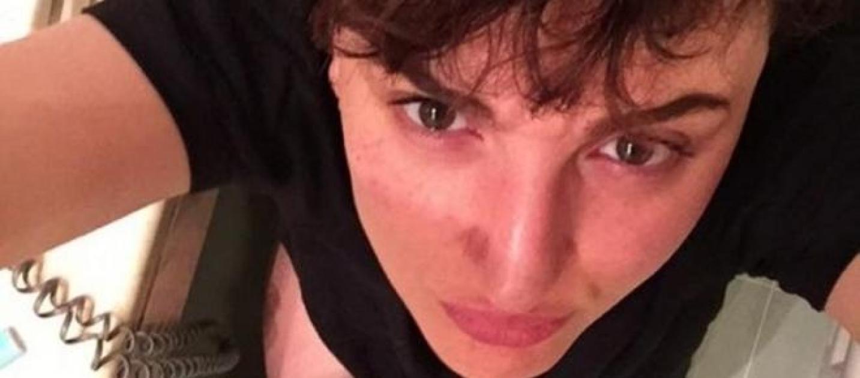 Arisa si fa un selfie in bagno coi pantaloni abbassati - Si fa in bagno 94 ...