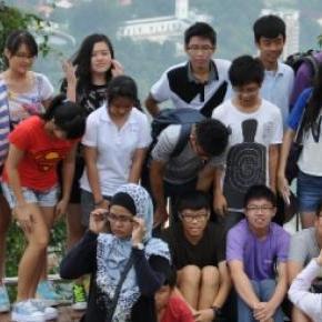 Chińscy turyści podróżują w dużych grupach.