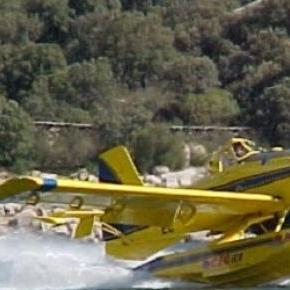 Avión que trabaja en el incendio de sierra de Luna