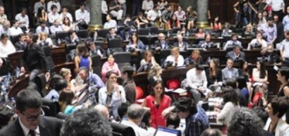 Sesionando en la Legislatura.