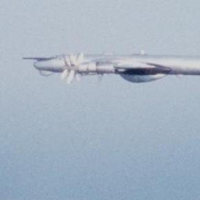 TU-95 rusesc interceptat de un avion de vânătoare