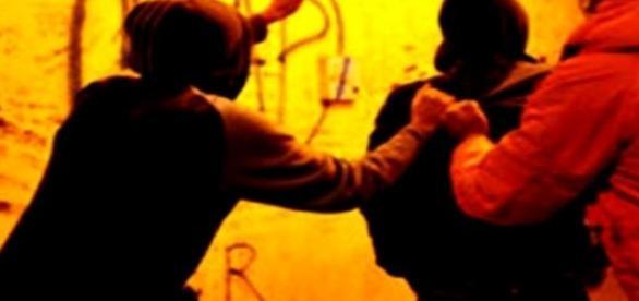 O bandă multietnică a jefuit un tânăr de 23 de ani