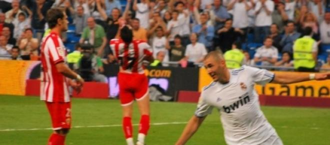 Benzema célèbre ses buts en faisant l'avion