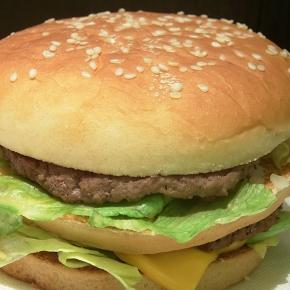 So kennen wir es: Hamburger im Fastfood-Lokal