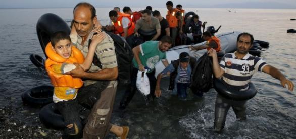 Imigranți norocoși ajunși la țărm (foto:Reuters)