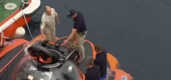 Vladimir Putin urcând la bordul batiscafului