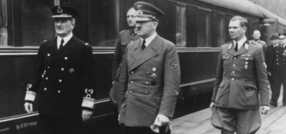 Hitler surprins langa un tren nazist