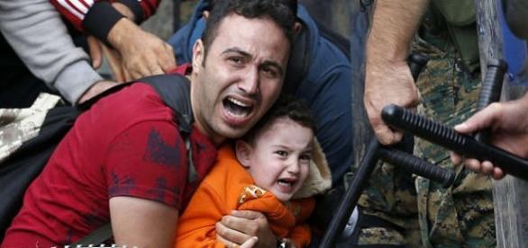 Imigrant la graniţa din Macedonia-(Captură ecran)