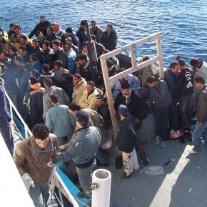 Imigranți încercând să ajungă în Europa