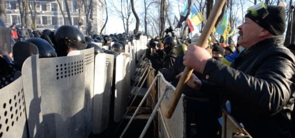 Garda Naţională şi protestatarii faţă în faţă