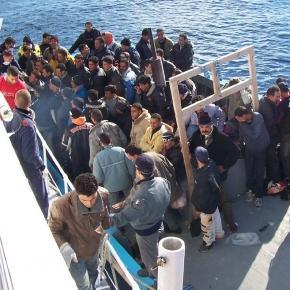 Ambarcatiune cu imigranti pe marea Mediterana