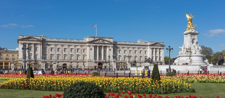 La regina elisabetta apre le porte a buckingham palace - Buckingham palace interno ...